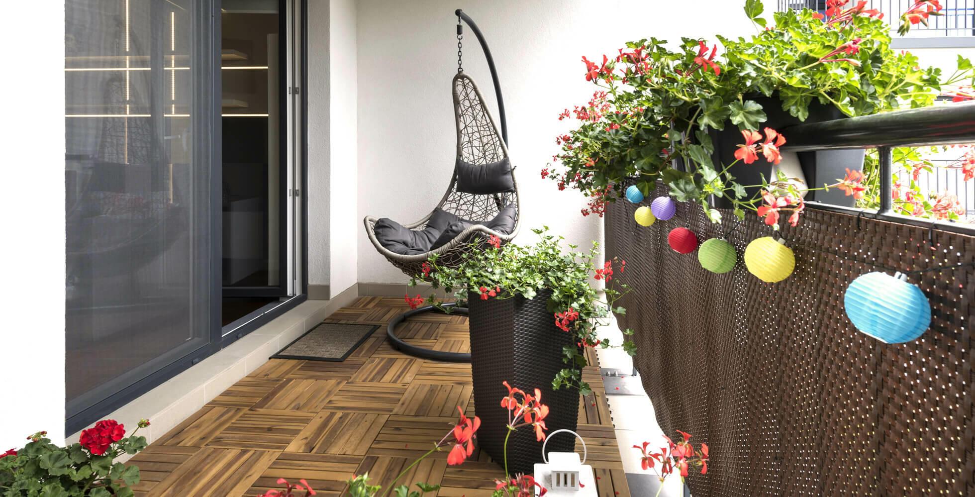 balcón con silla colgante y guirnalda de luces bolas