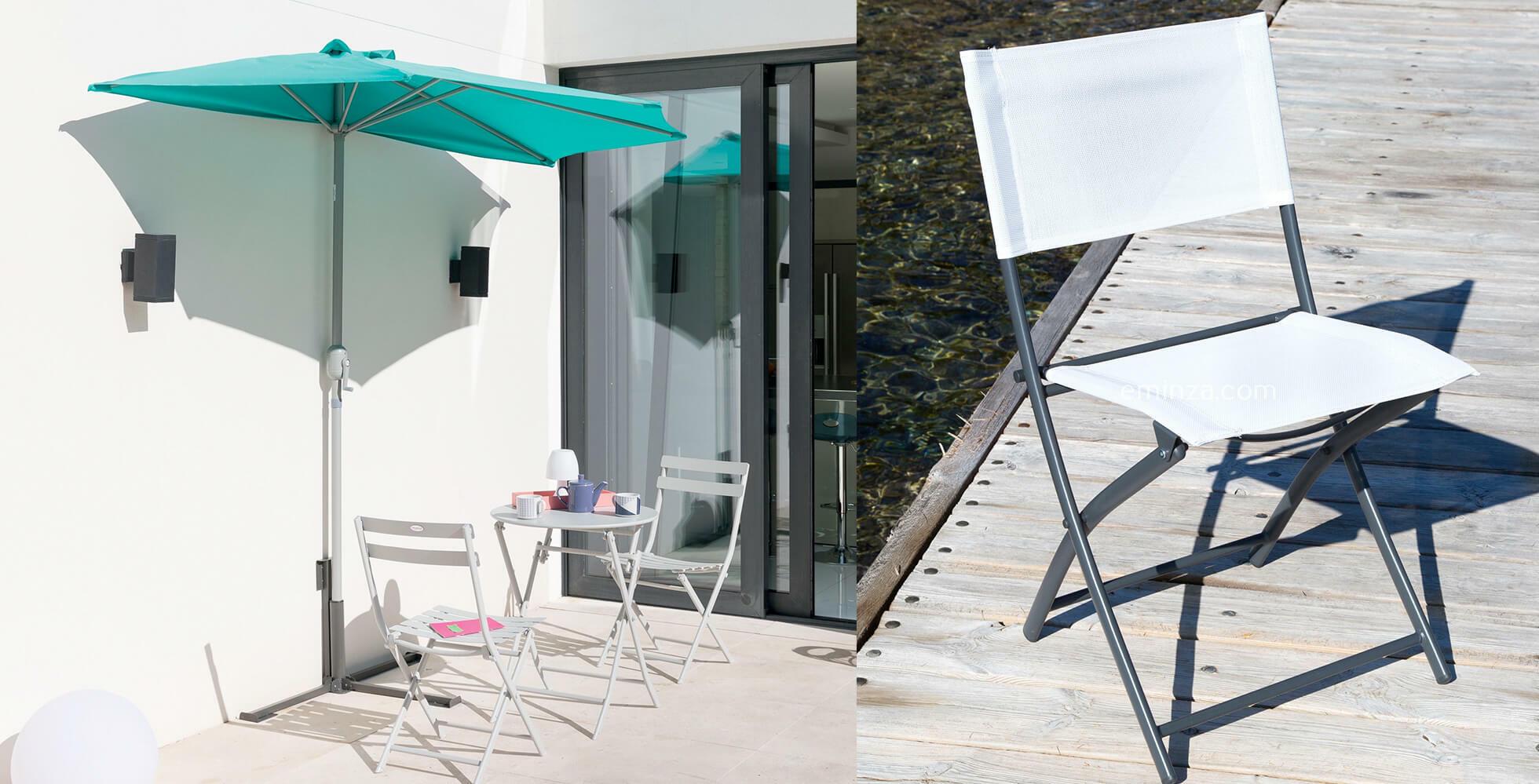 balcón con parasol media luna y mesa y sillas de exterior