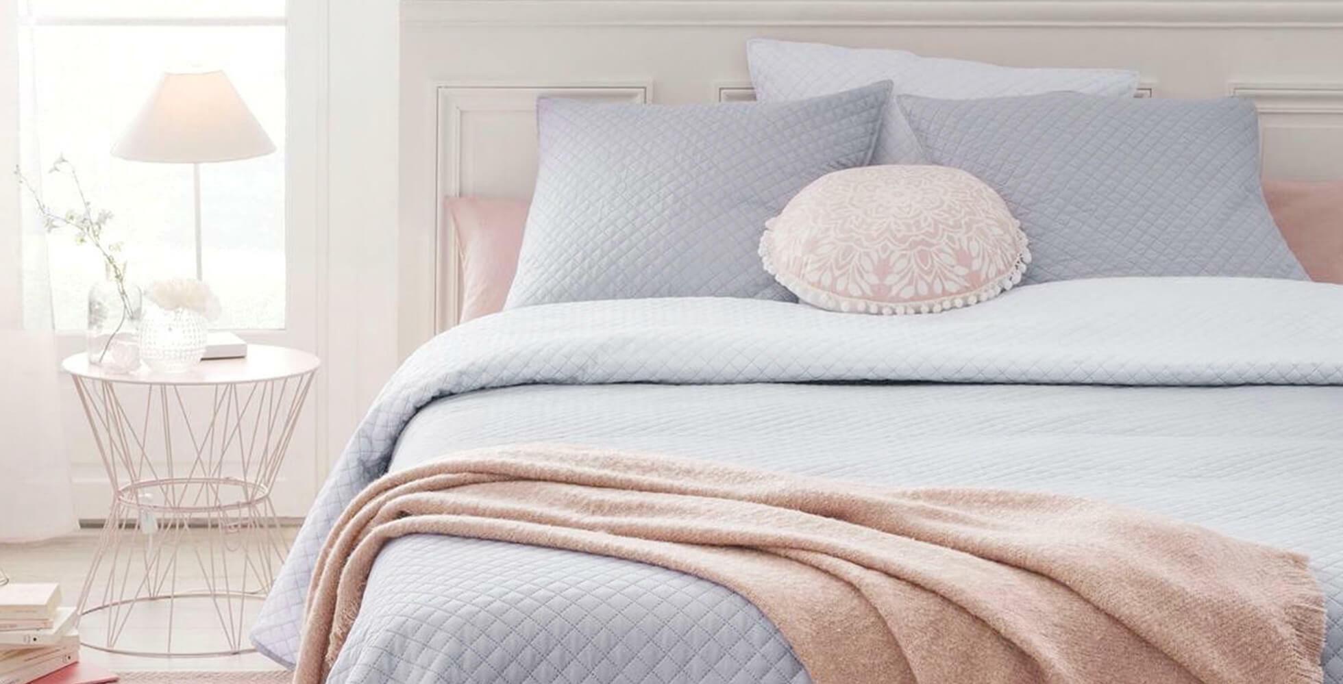 decoración de dormitorio con ropa de cama azul