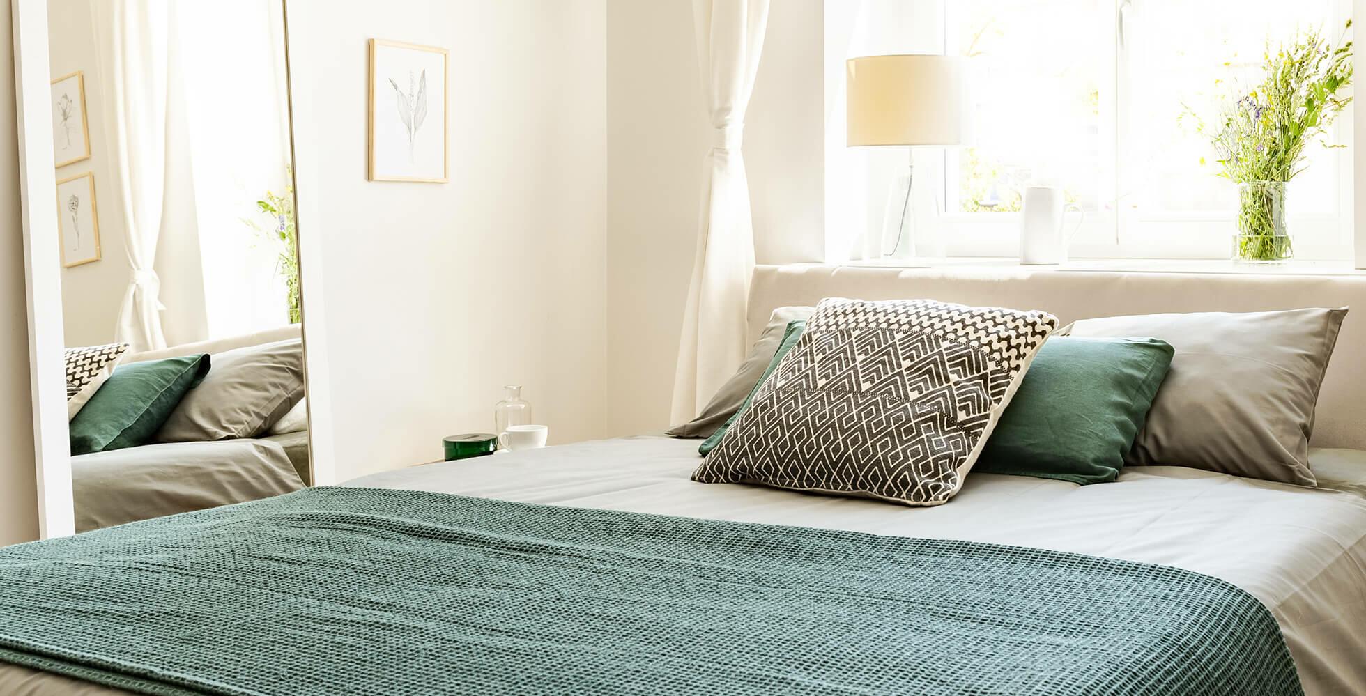 dormitorio pequeño con espejo