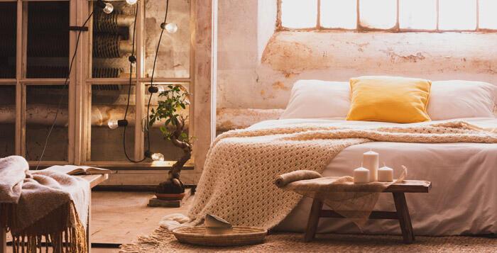 dormitorio acogedor con guirnaldas de luces y velas