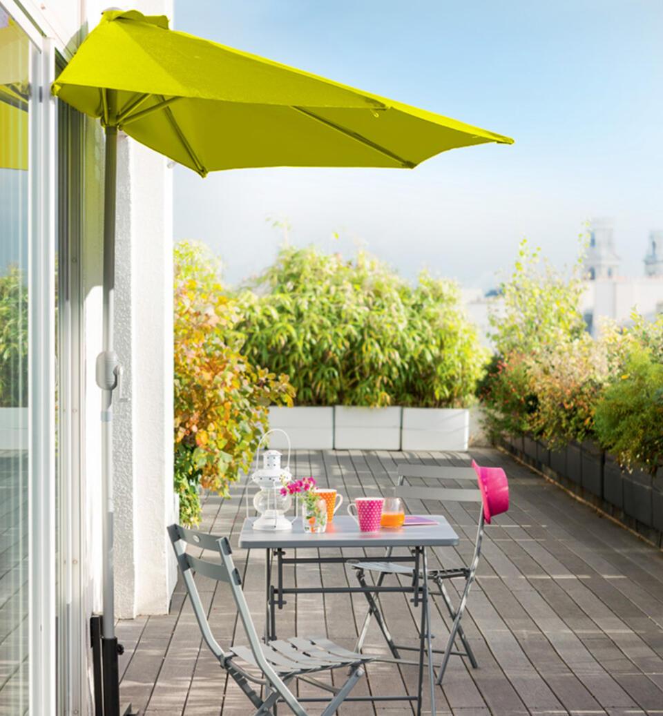 mesa de jardín pequeña con medio parasol