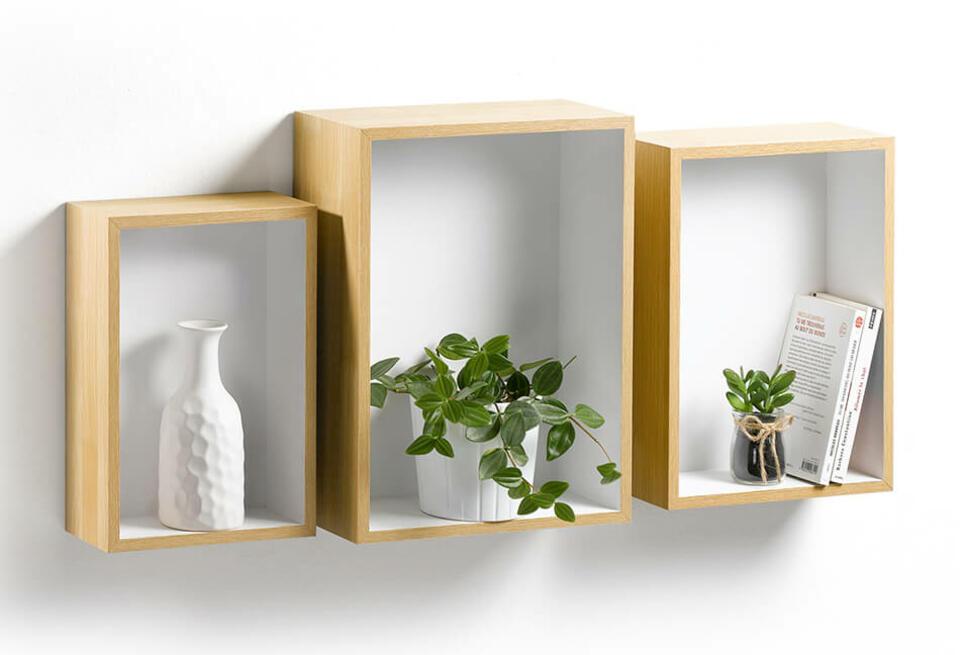 estantería de pared en madera clara