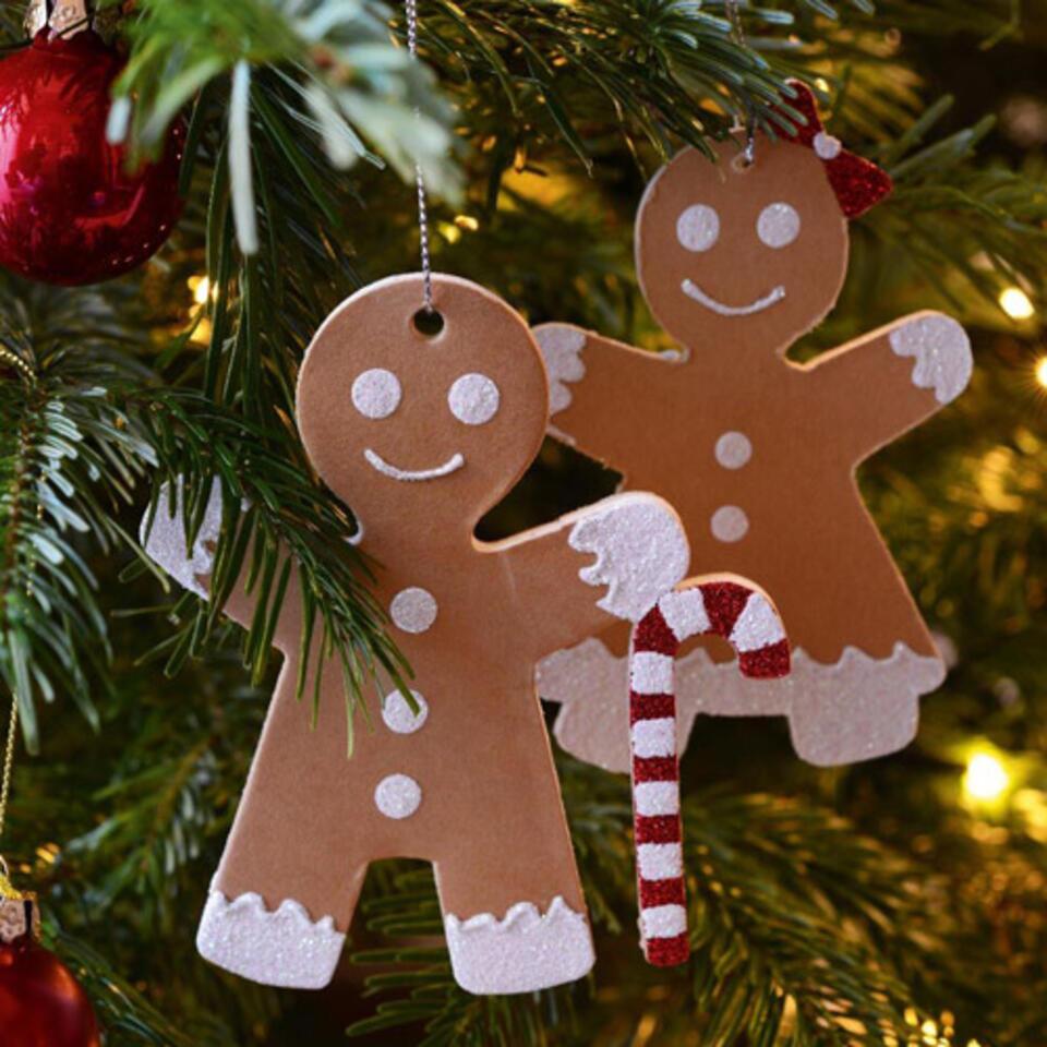 muñecos pan de especias colgados en un árbol de Navidad