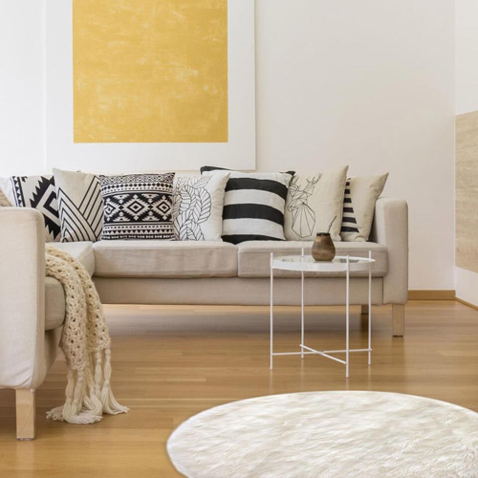 salón con alfombra redonda