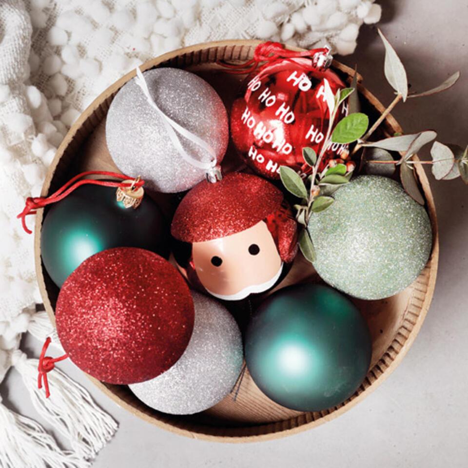 bolas de navidad rojas y verdes brillantes