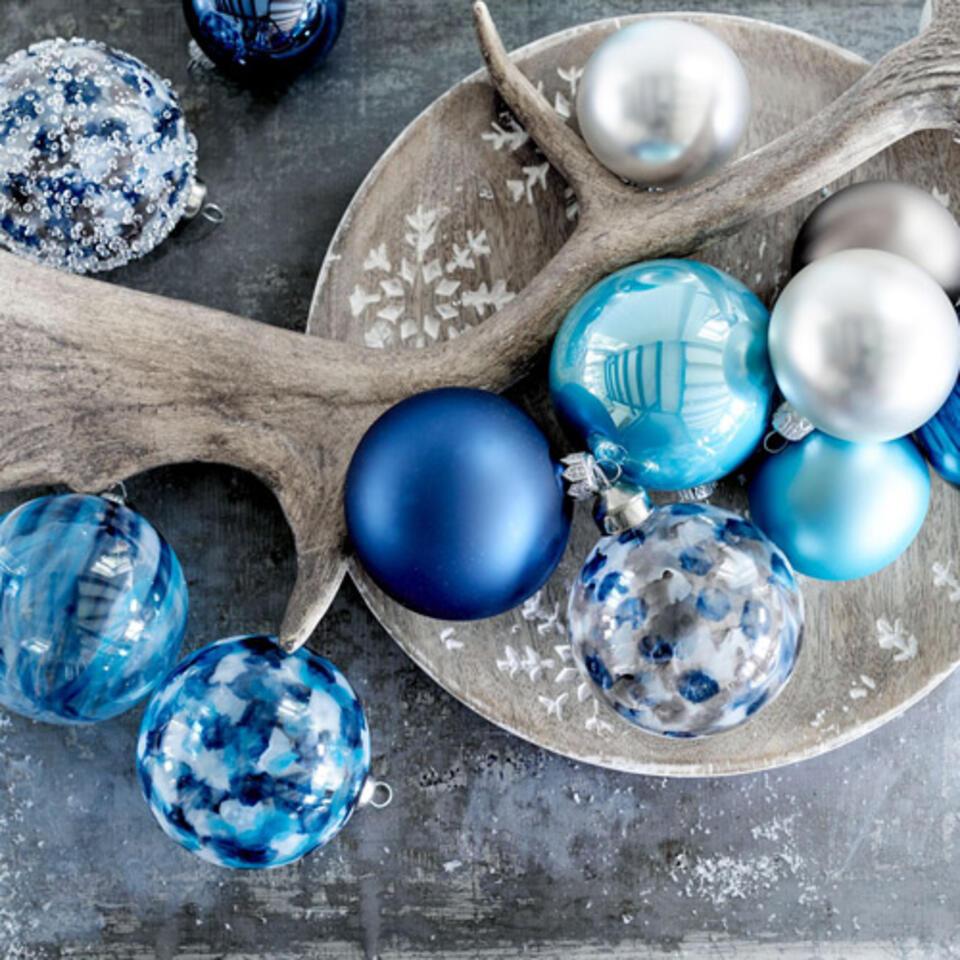 bola de Navidad azul para una decoración de Navidad nórdica