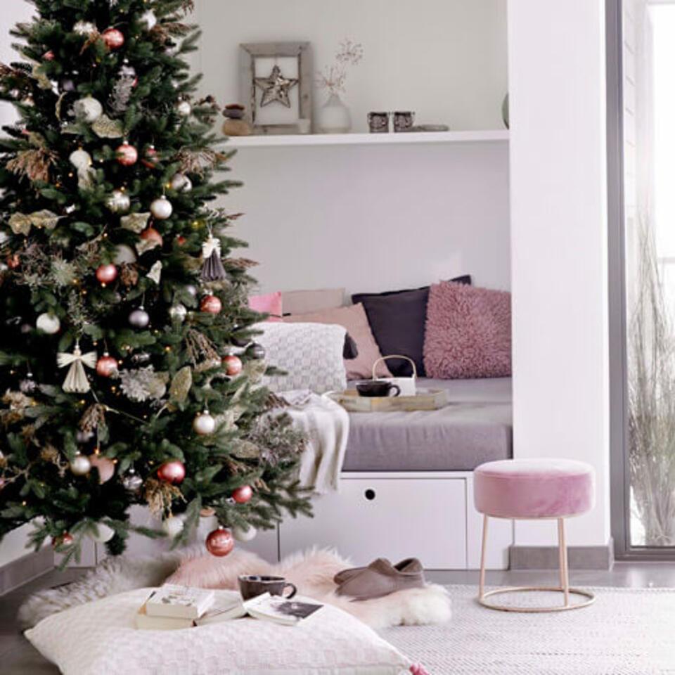 salón con decoración de Navidad rosa