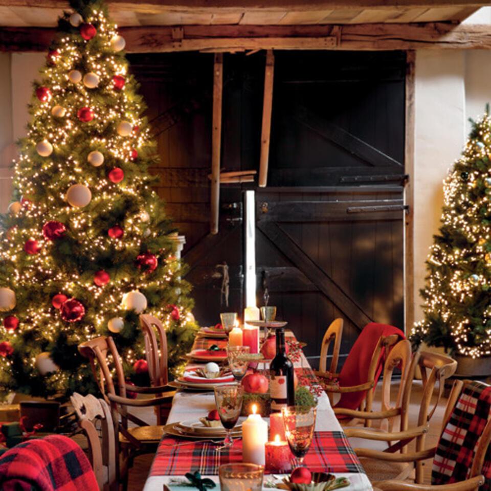 comedor con decoración navideña roja