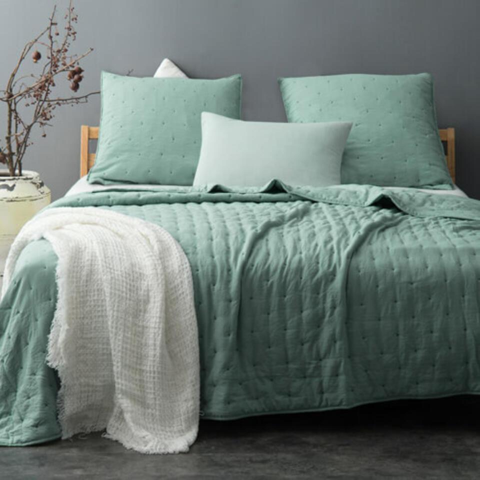 dormitorio con colcha verde
