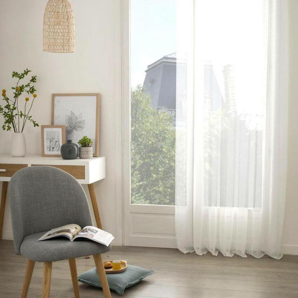 visillo blanco en un salón pequeño