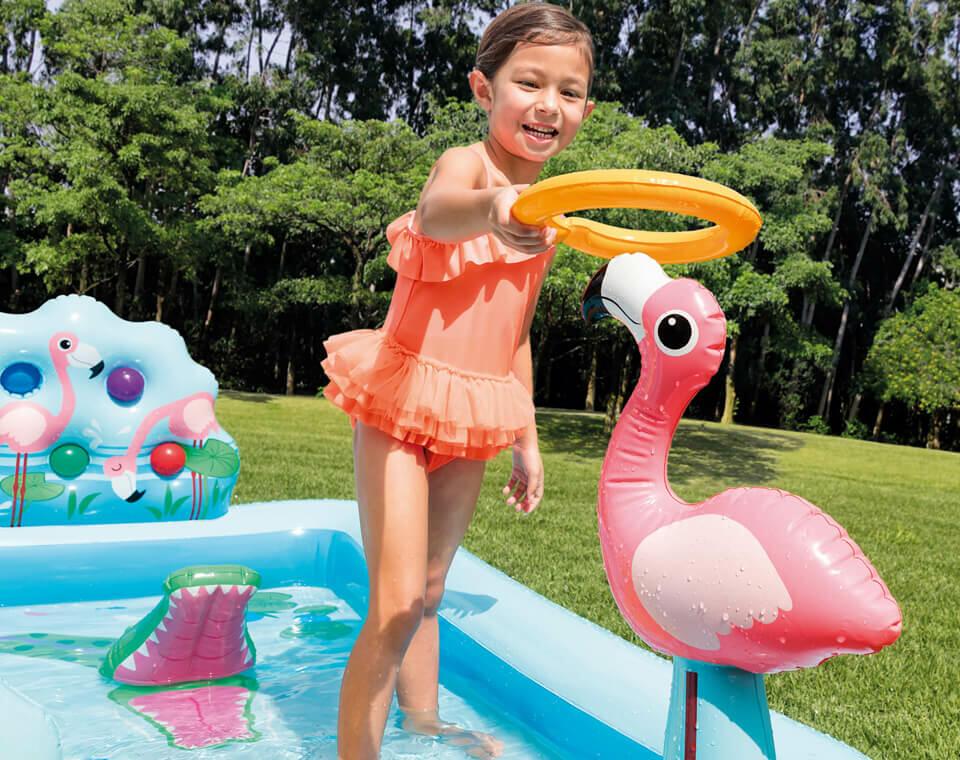 piscina rectangular con juegos inflables