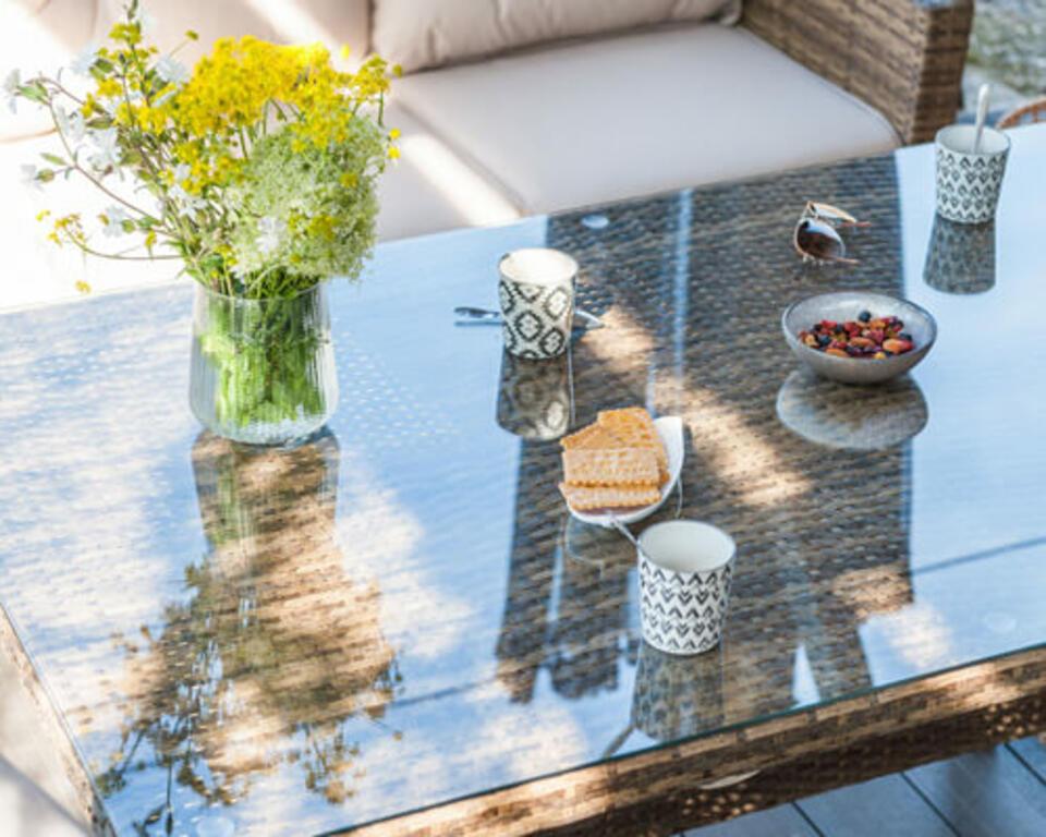 mesa de jardín con tablero de cristal