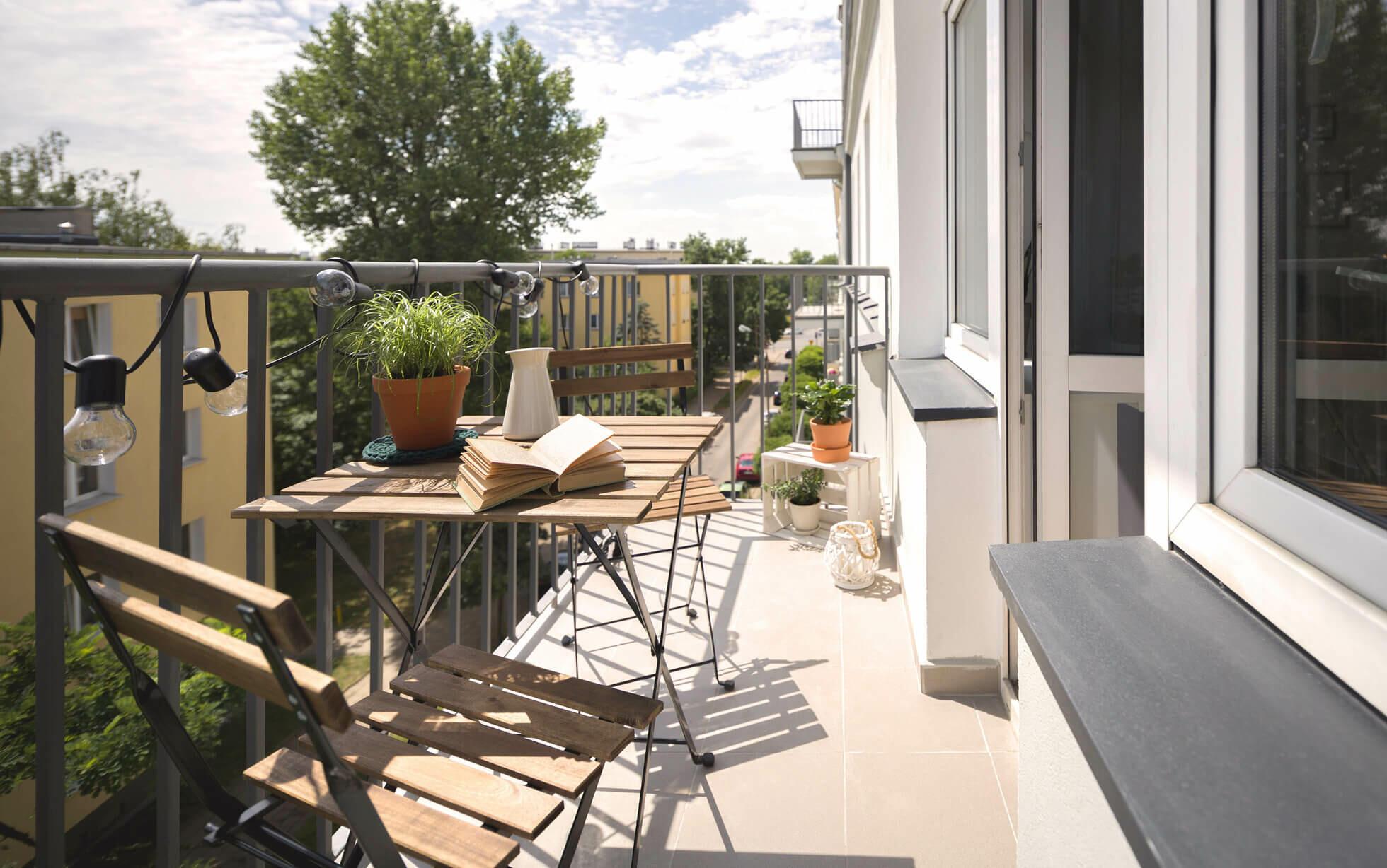 balcón con una mesa de madera