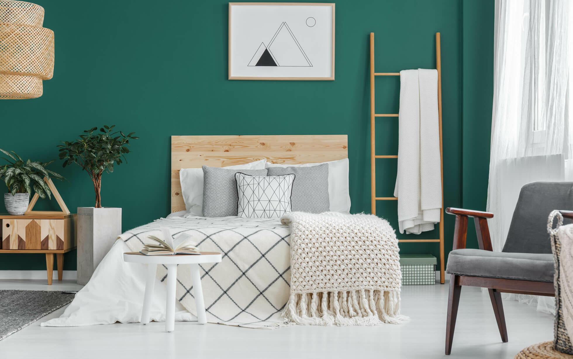 dormitorio acogedor con pared verde