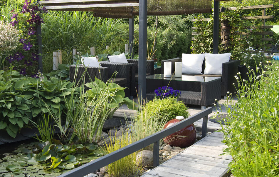 terraza zen con plantas