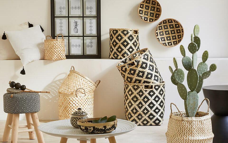 salón étnico con decoración cesto balinés