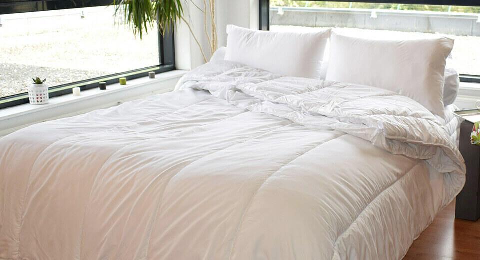 relleno nórdico y almohadas sobre una cama