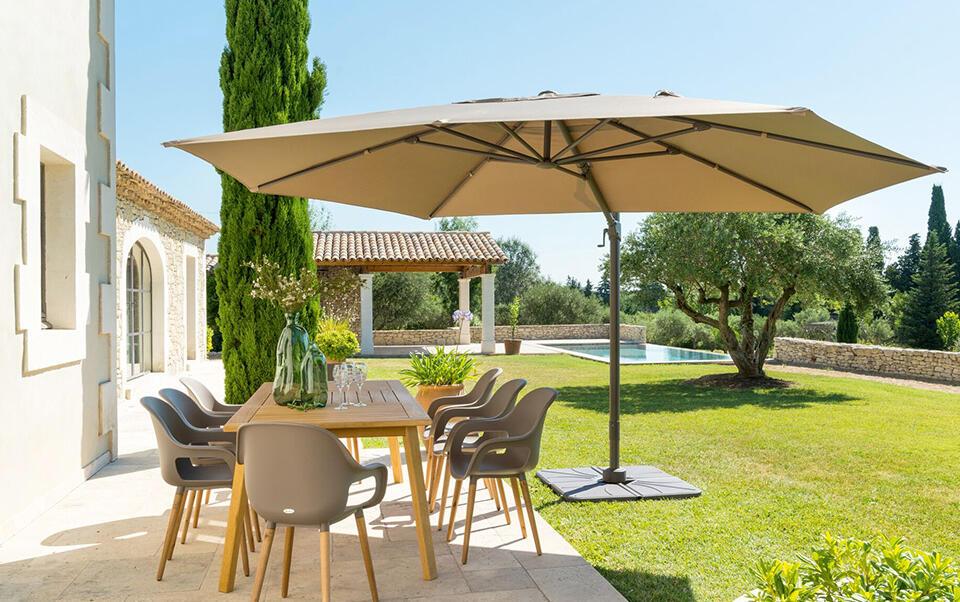 parasol de brazo lateral rectangular en un jardín