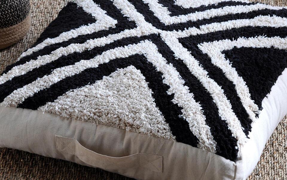 cojín de suelo negro y blanco estilo étnico