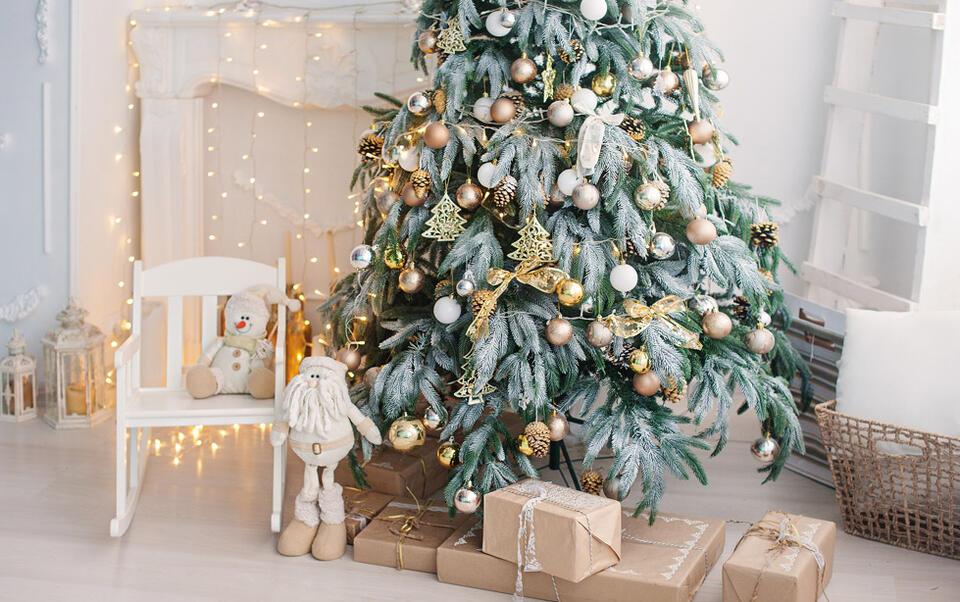 árbol de Navidad dorado y plata
