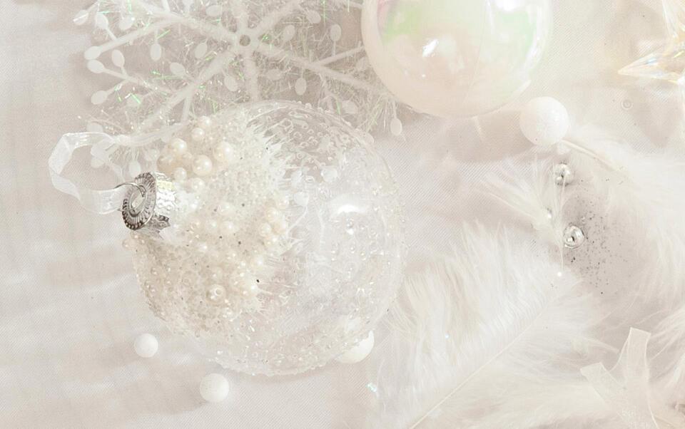 bola de Navidad transparente con perlas blancas