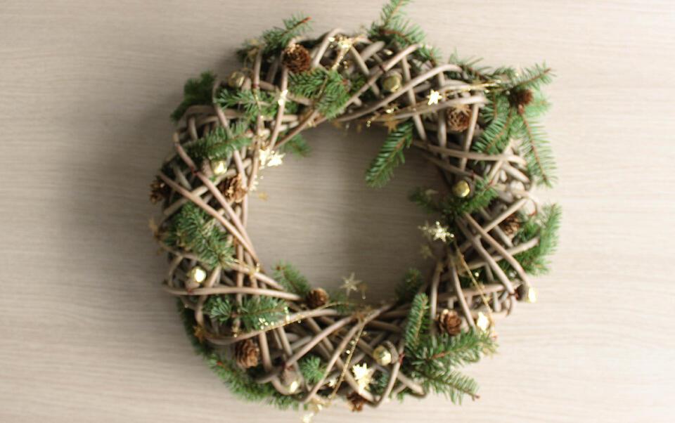corona de Navidad con conos de pino y campanitas
