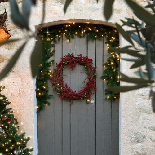 puerta de entrada con decoracion navidena