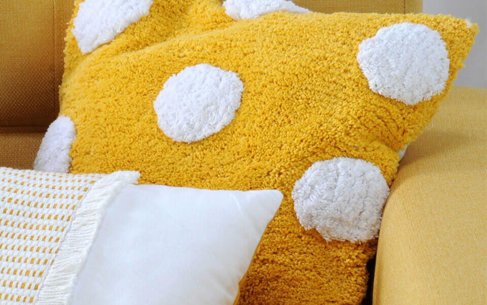 coussin jaune moutarde pompons