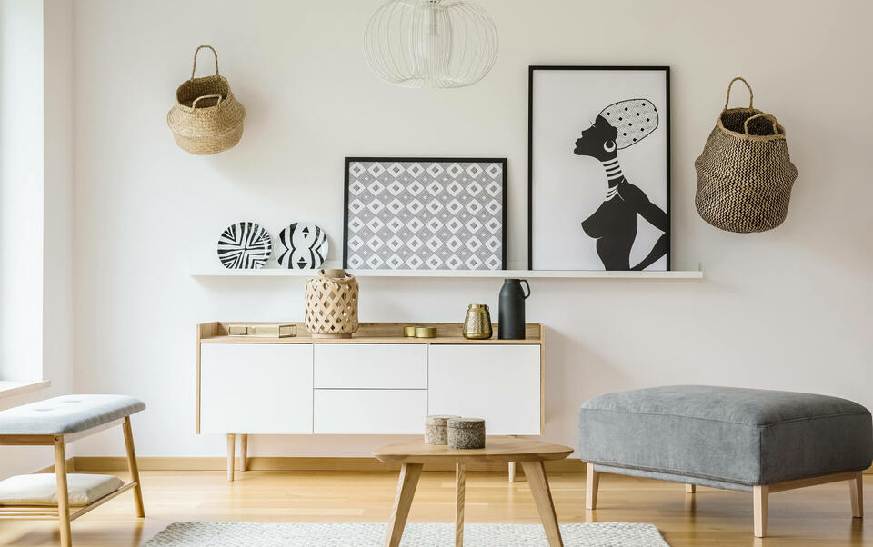 adornos de pared sobre muro blanco