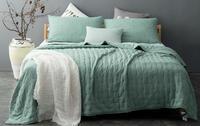 cama con colcha verde agua